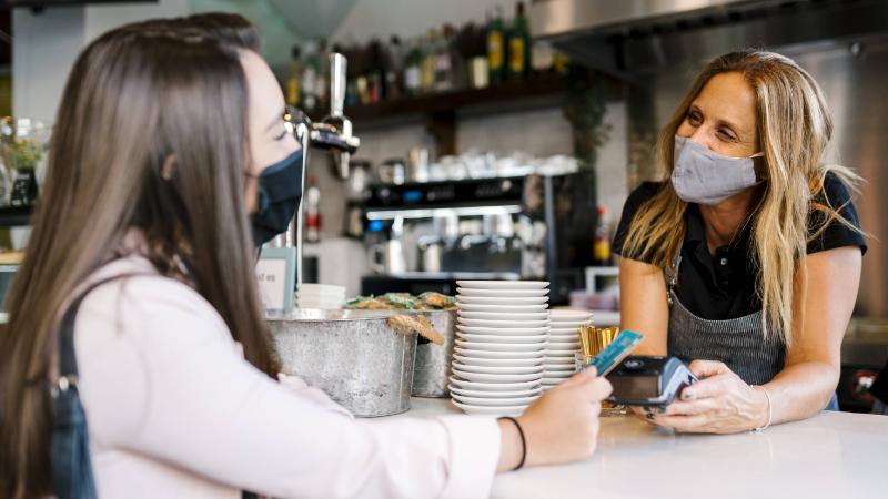 Barista und Kundin im Cafe