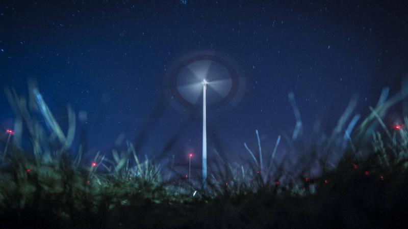 Windrad in der Nacht
