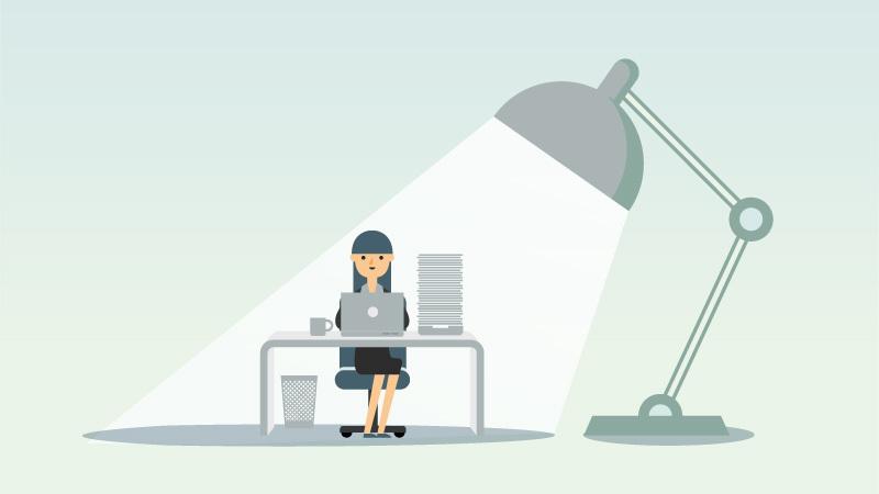Frau macht Steuer am Schreibtisch