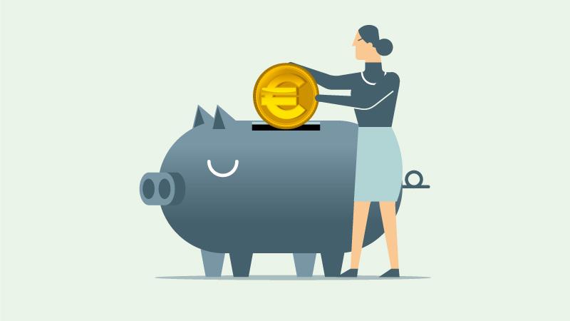 Rentnerin wirft Münze in Sparschwein