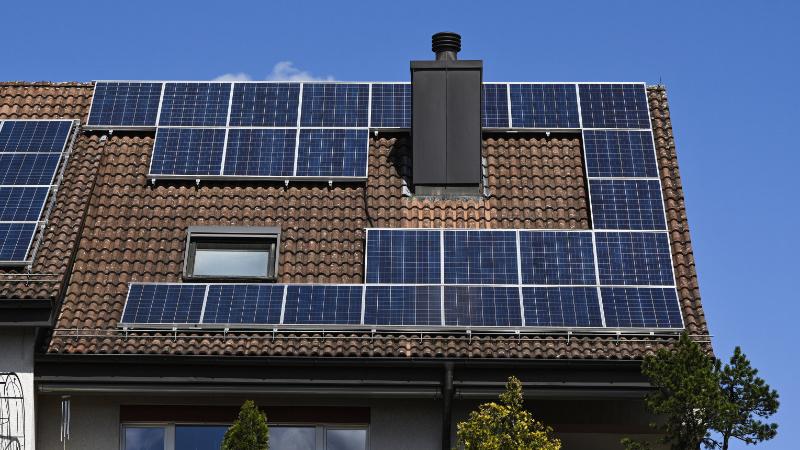 Mehrfamilienhaus mit Solarpanel auf dem Dach