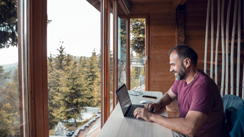 Mann arbeitet über LTE in abgelegener Hütte