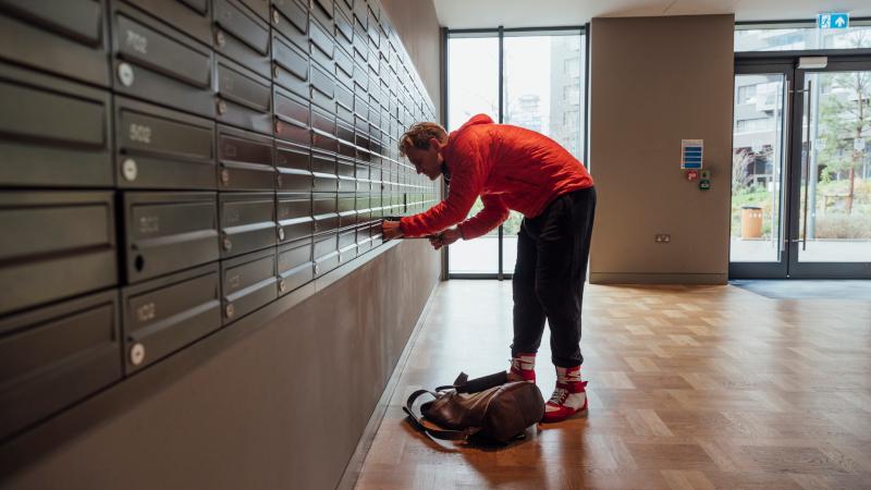Mann am Briefkasten