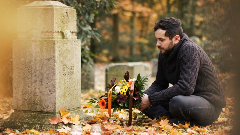 Mann am Friedhof