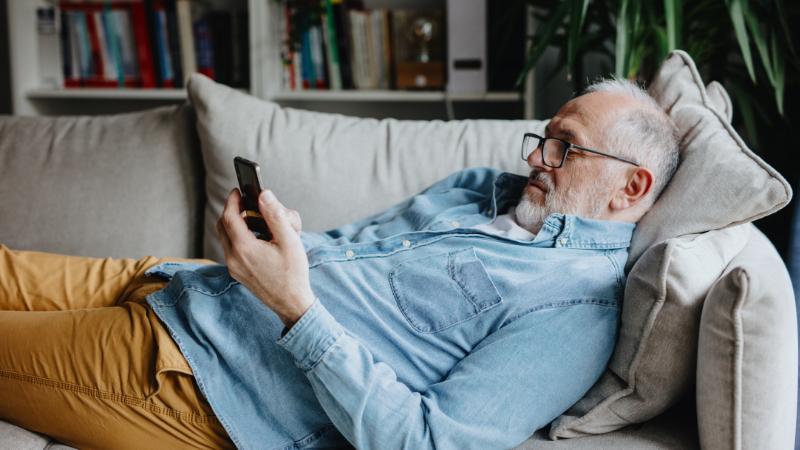 Älterer Mann mit Handy