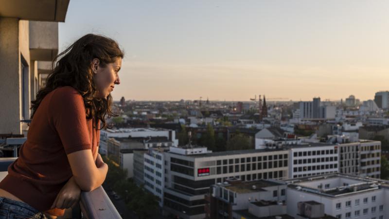 Junge Frau auf Balkon