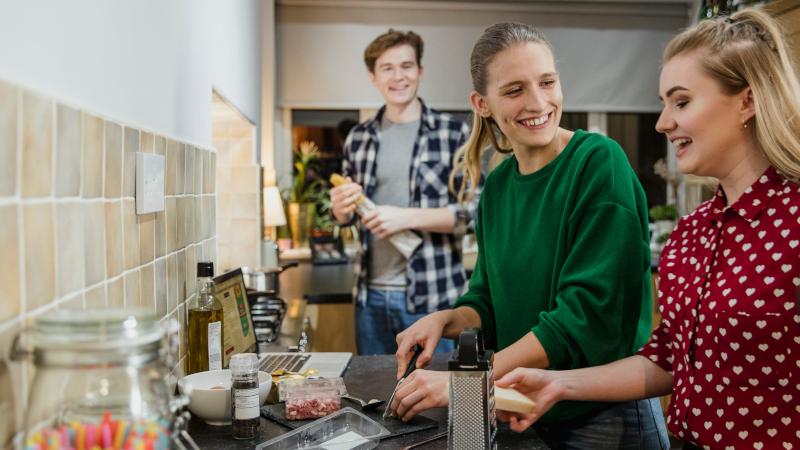 Studis in der WG-Küche