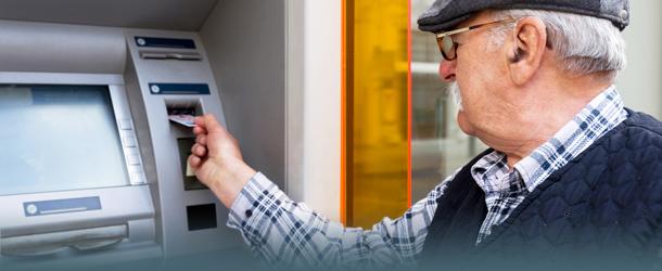 Bild Rentner am Geldautomaten