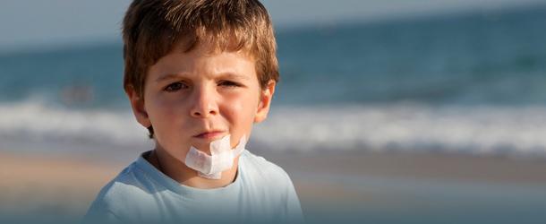 Junge mit Kinn-Verletzung