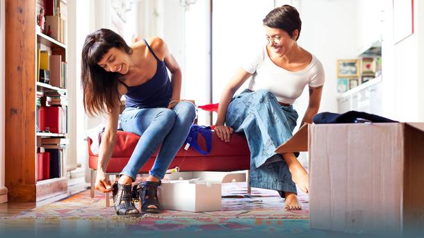 Bild Frauen beim Anprobieren (Online-Shoppen)