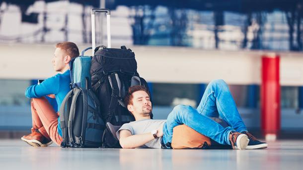 Wartende Passagiere auf einem Flughafen