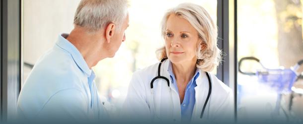 Ärtzin mit älterem Patienten