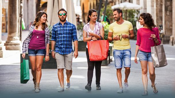 Gruppe beim Shoppen in Italien