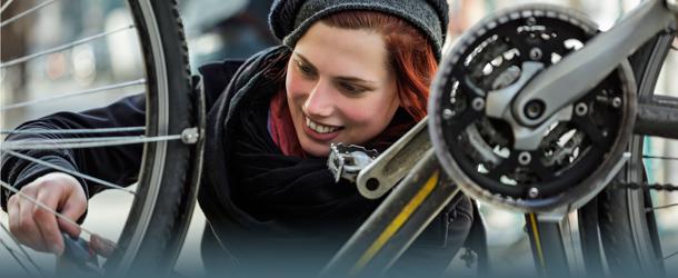 Frau repariert Fahrrad