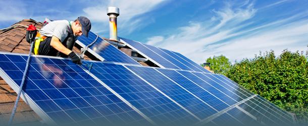 Handwerker installiert Solardach