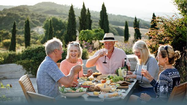 Alte Freunde essen in der Toskana