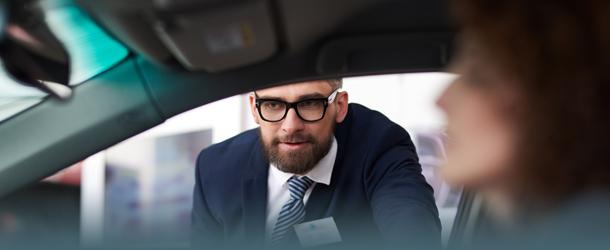 Autoverkäufer berät Kundin
