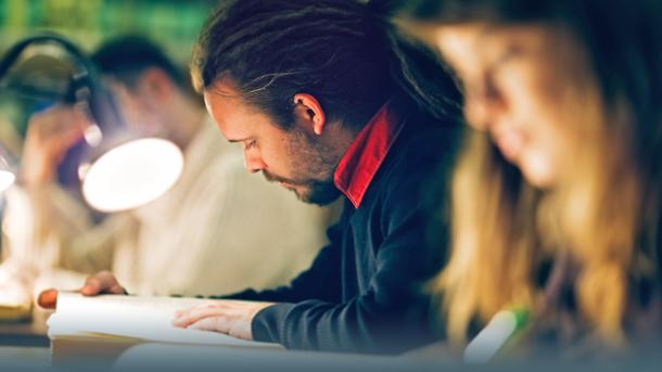 Studenten beim Lesen