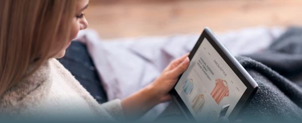 Frau am Tablet beim Online-Shopping