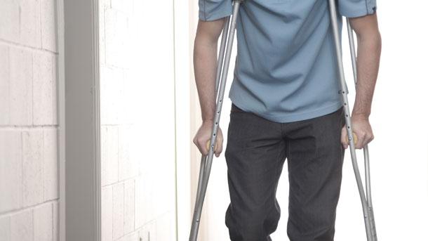 Mann mit gebrochenem Bein