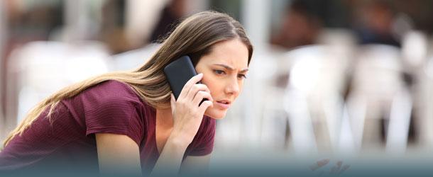 Frau telefoniert verärgert