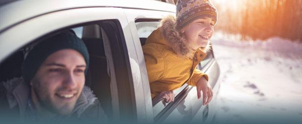 Mann und Kind im Auto