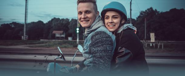 Pärchen auf dem Motorroller unterwegs