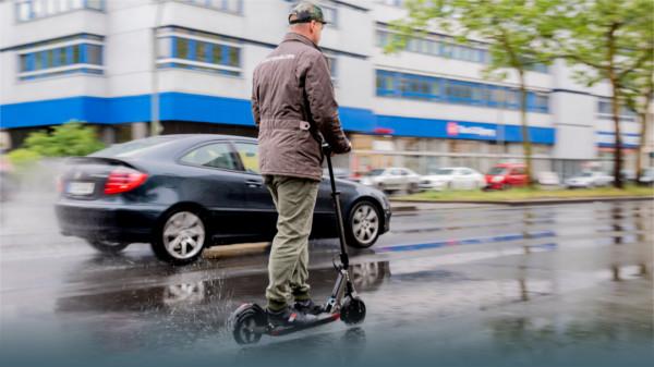 E-Rollerfahrer auf der Straße