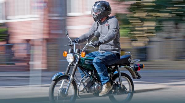 Blau statt schwarz: Neue Kennzeichen für Roller und Mopeds